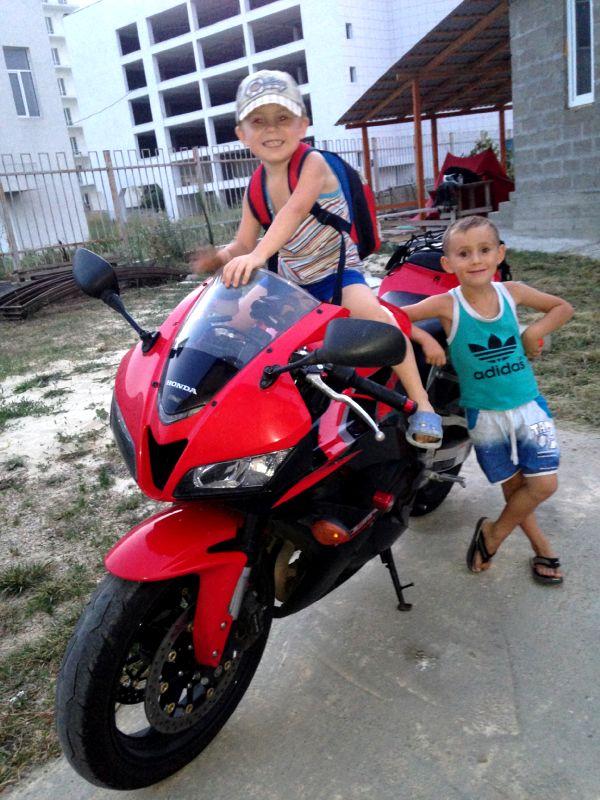 Местной мОлодежи мотоцикл нравится